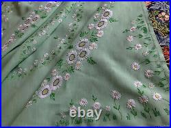 Vintage Hand Embroidered Green Linen White Circle Of Daisies Tablecloth 51x51